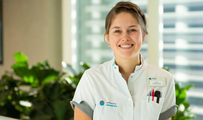 """Sanne Roijakkers: """"Ik wist lange tijd niet zo goed wat ik wilde worden. Toen heb ik een keer meegelopen met mijn moeder, die ook als verpleegkundige in een ziekenhuis werkt."""" (Foto: Bas Smits)."""
