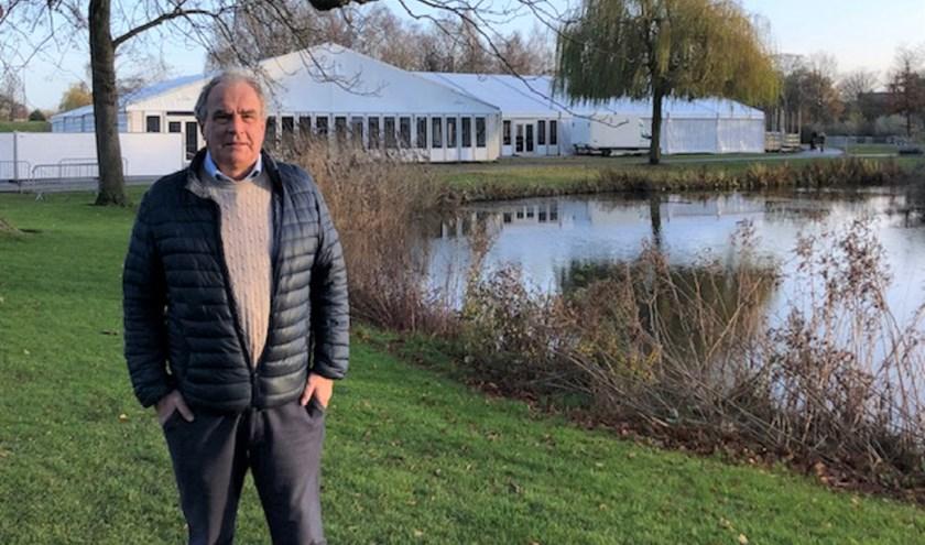 Cees Oosterom, voorzitter van de Stichting Winterterras, met op de achtergrond de opbouw van het Winterterras. (Foto: Cees Oosterom)