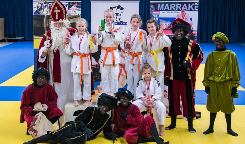 De prijsuitreiking werd feestelijk verricht door Sinterklaas en zijn pieten.