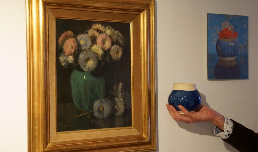 Het schilderij de 'Gemberpot met asters', met daarnaast een replica van de pot van Augustine Obreen. (foto Voerman Museum Hattem)