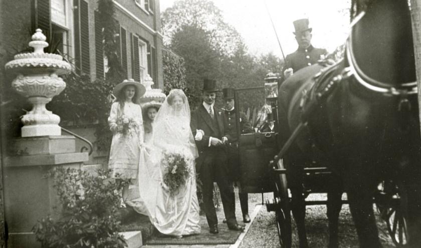 Een huwelijk op Mariëndaal in Oosterbeek in de jaren 20. Bron: Gelders Archief 1541–1009, Public Domain Mark 1.0 licentie.