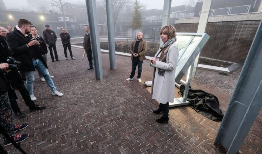 Wethouder Ingrid Lambregts opent het Joop Sars Plein in Doetinchem. (foto: Roel Kleinpenning)