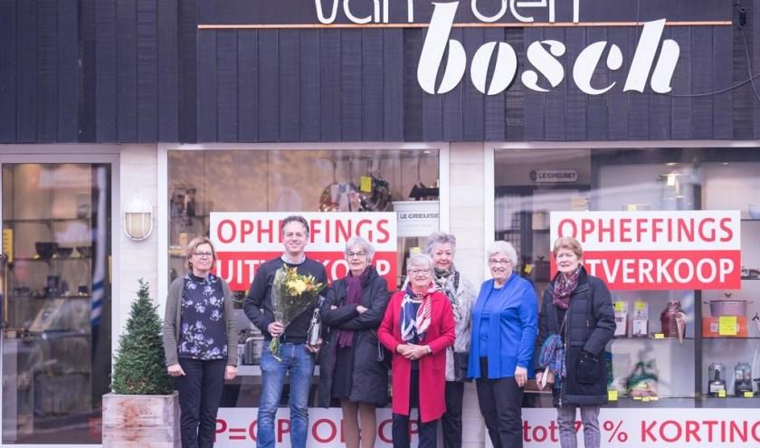 Oud-medewerkers en eigenaar Bart van Schie - 2e van links - voor het winkelpand van Van den Bosch Serviezen.