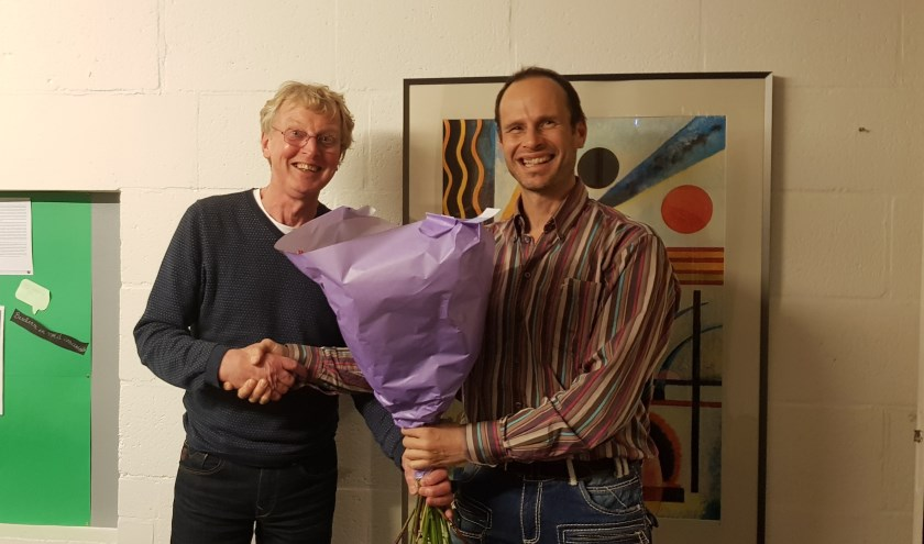 Rob van Haasteren (links) met de nieuwe voorzitter Jacob Nienhuis (docent Stanislascollege) (foto: Bert van den Berg).