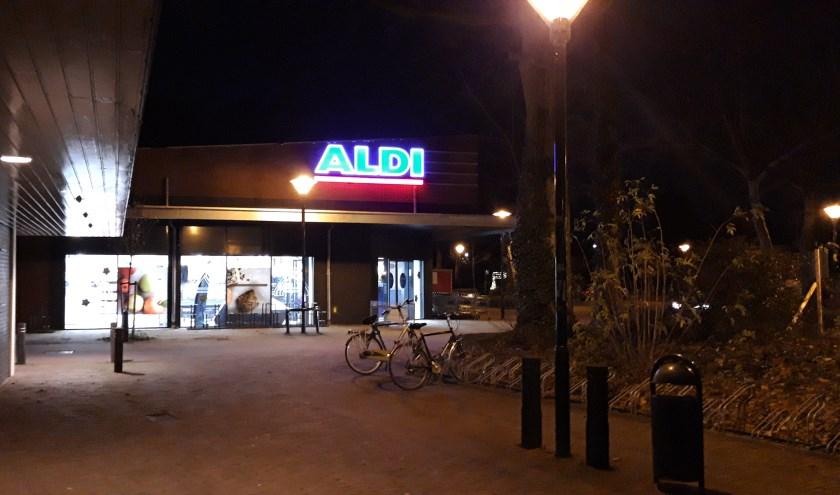 Donderdagavond werden bij de Aldi in Zevenaar de puntjes nog op de i gezet voor de heropening van vrijdagmorgen. (foto: Danny van der Kracht)