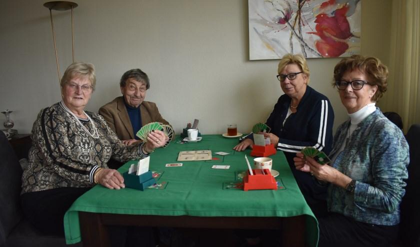 Links aan tafel: Riet Beerlage en Jos van Veen. Rechtsachter Lenie Hilberink, rechtsvoor Janny Oosterbaan. (Foto: Van Gaalen Media)