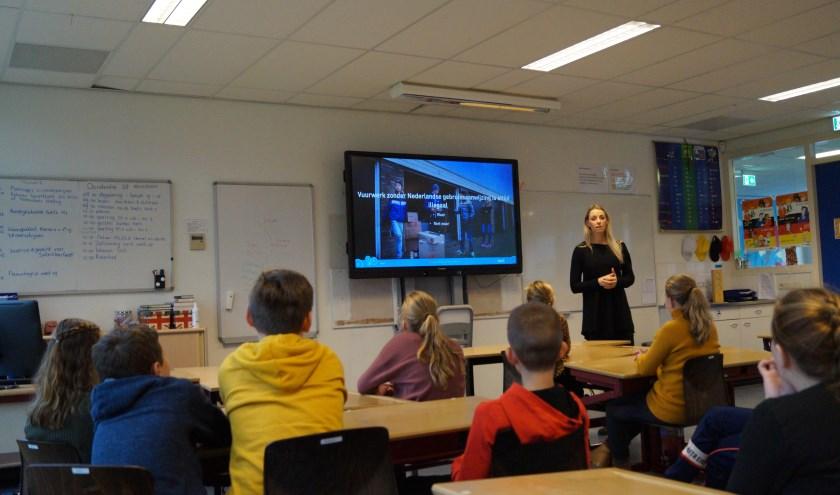 Halt-medewerker Steffi van den Berg verzorgt met jongerenwerkers gastlessen op een aantal scholen in de Bommelerwaard over vuurwerk en de regels.