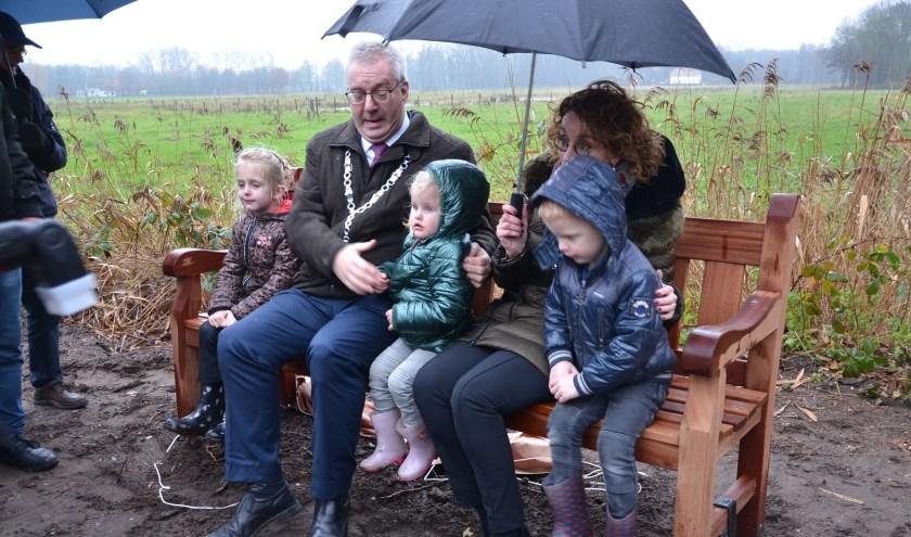 Burgemeester Hans Ubachs aanvaardde de schenking van de gemeente Oirschot graag.