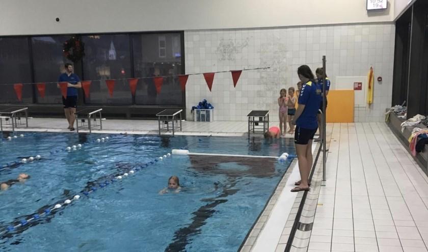 Zwemmers voor het A-diploma duiken door het gat.