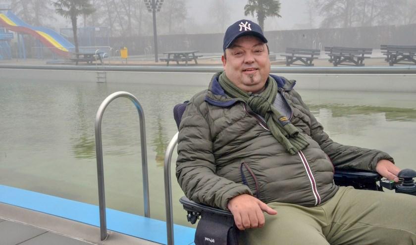 Karo Murk steunt de crowdfundingsactie voor een nieuwe tillift voor hemzelf en anderen in het Knopenbad. (Foto: Paul van den Dungen)