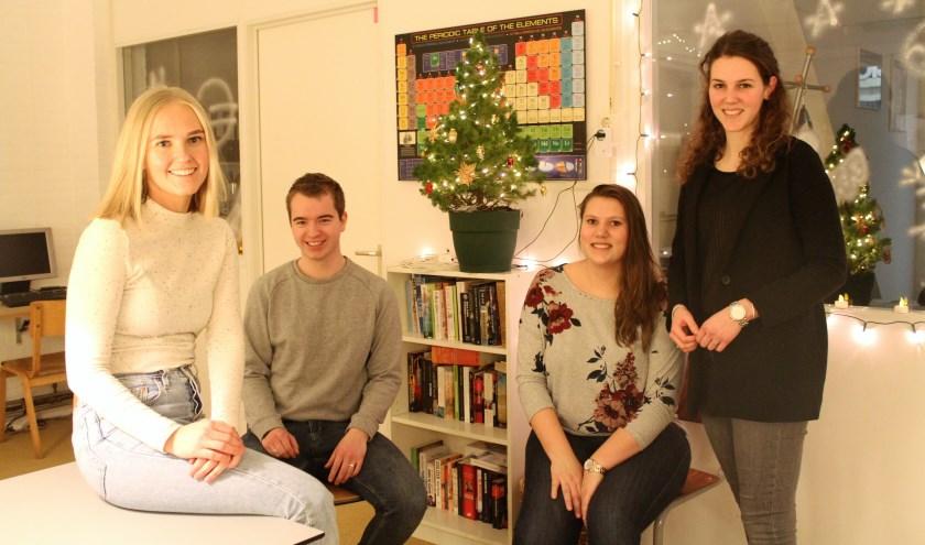 Een deel van het team dat bijles en huiswerkbegeleiding geeft bij de Huiswerkplek. (Foto: Annemarie van der Ploeg)