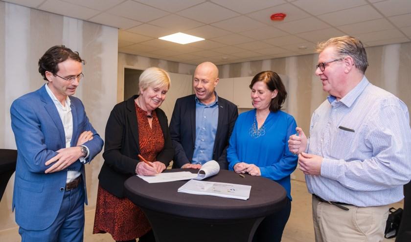 Van links naar rechts: Camiel Schuurmans (directeur R.K. Woningbouwvereniging Zeist), Lidie Kerkhof (huurdersbelangenvereniging Prisma), Rob Wassenberg (directeur Woongoed Zeist), Laura Hoogstraten (wethouder Wonen) en Bert van Oorschot (HuurdersPlatform Seyst).
