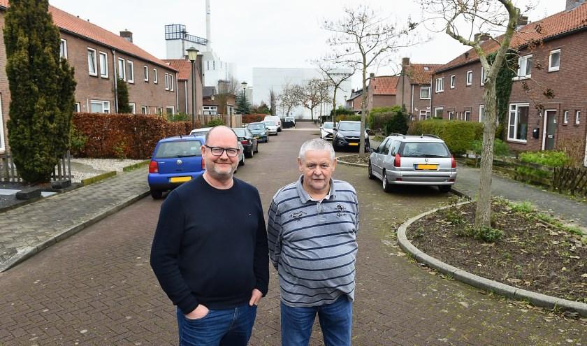 André Renkens (links) en Rob Vriezen in wijk de Hoop in Doetinchem. (foto: Roel Kleinpenning)