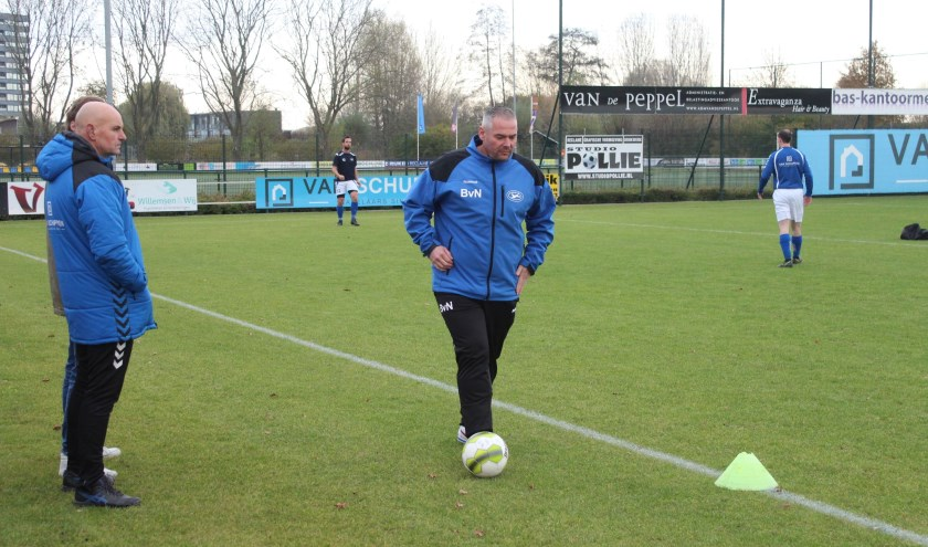 sv Panter trainer Bertho van Neerbos (aan de bal) zag zijn ploeg in eigen huis met 3-2 winnen van SVF uit Cothen. (Foto: Henk Jansen)