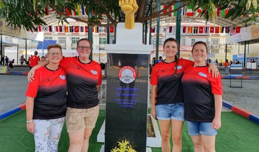 Ria Bronsema, links, met de Nederlandse jeu de boulesploeg, die in Cambodja een fraaie vijfde plaats behaalde op het wereldkampioenschap. Foto: Toon Alebeek