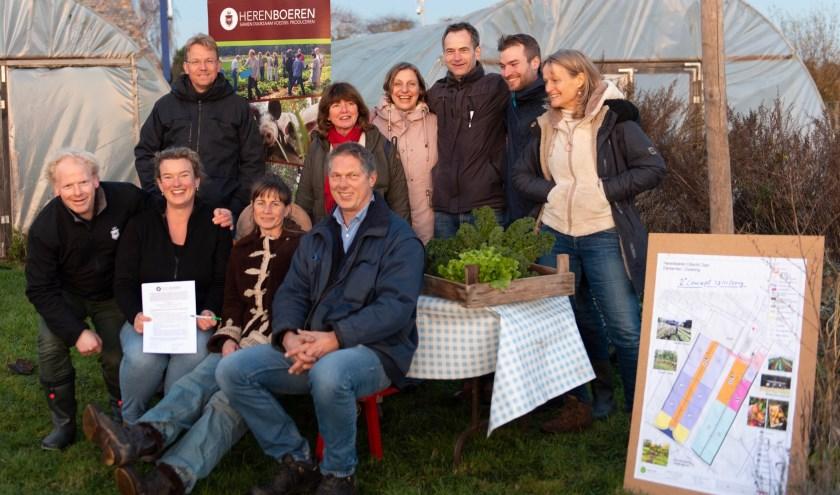 Bestuursleden van Coöperatie Herenboeren Utrecht Oost en de ondernemers van boerderij Nieuw Bureveld