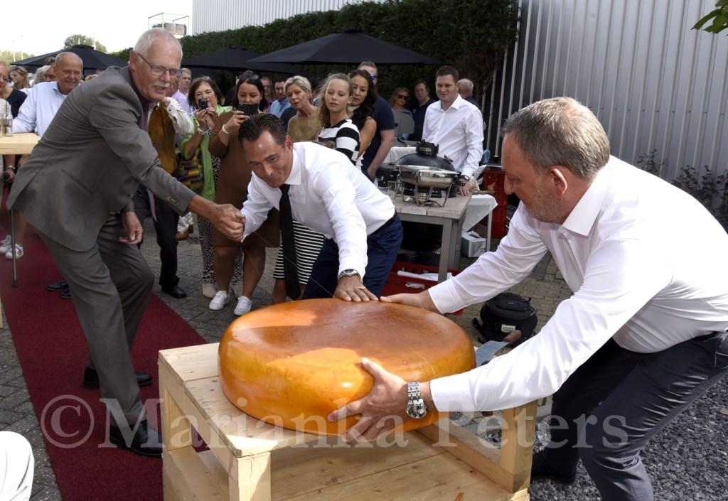 Harry van den Haak (l) verrichtte de opening van Springvale Chesterfield Gouda aan de Nijverheidsstraat. Foto: Marianka Peters  © DPG Media