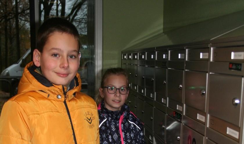 Timo en Livia bezorgen de zelfgemaakte kerstkaarten en de folders.