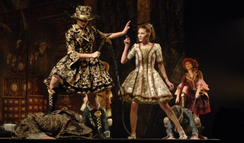 De prachtige, kleurrijke kostuums, het magische decor en de dans zorgen ervoor dat de toeschouwer in Veluvine in eensprookjeswereld terecht komt. (Foto: Kiev Ballet)
