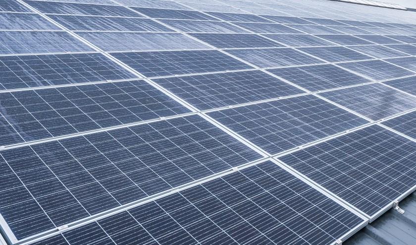De zonnepanelen op de overkapping
