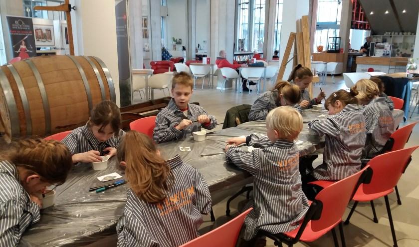 Knutselen tijdens de kinderworkshop in het museum.