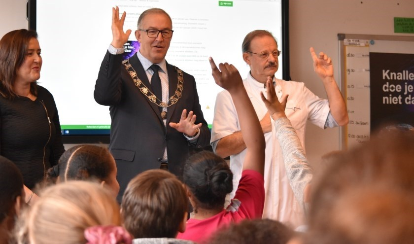 Burgemeester Aboutaleb en oogarts Tjeerd de Faber vragen aandacht voor het veilig afsteken van vuurwerk op de Koningin Wilhelmina School.