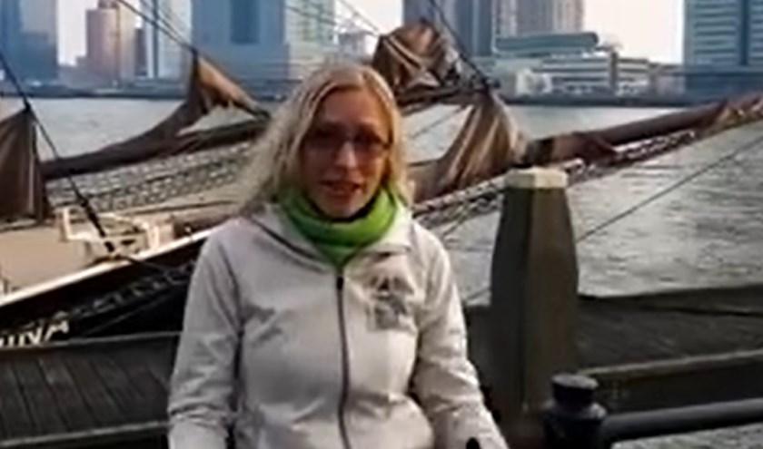 Het is niet eerlijk dat ze vaak applaus krijgt voor een beetje Rotterdam laten zien en onderweg wat met 'tering' vloeken, vond stadsgids Eveline van Wanrooij.