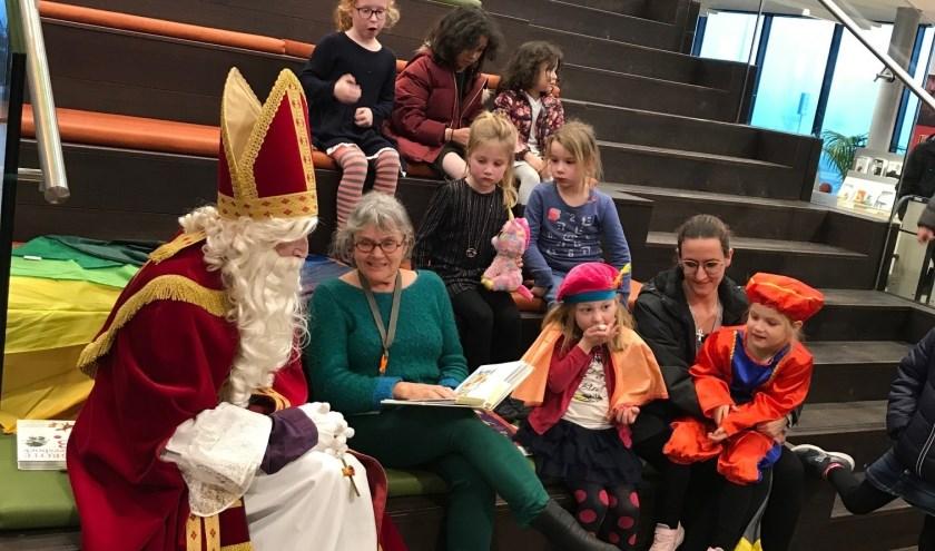 Sinterklaas en de kinderen worden voorgelezen door Nellie