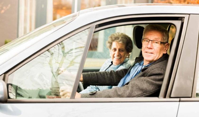 Vrijwillegers van AutoMaatje brengen hun passagier van deur tot deur.
