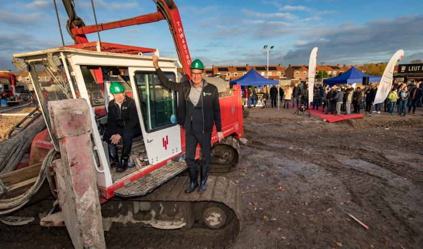Tjapko van Dalen directeur KleurrijkWonen, rechts, en wethouder Brink van de Gemeente Tiel. (foto: Jan Bouwhuis)