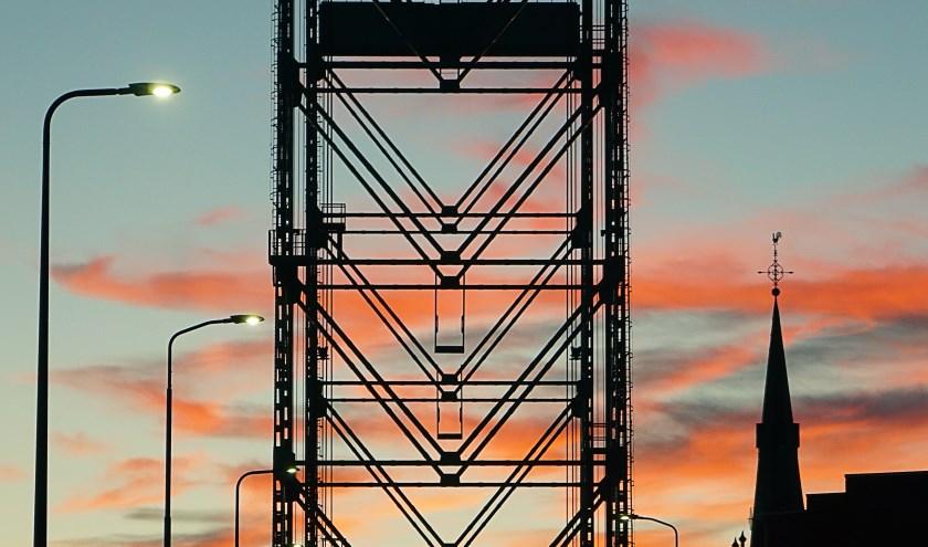 Heel soms is het wachten voor de hefbrug geen straf! Zeker niet met zo'n prachtige kleurrijke lucht op de achtergrond. Foto gemaakt 27/9 begin van de avond  Ad Spruijt