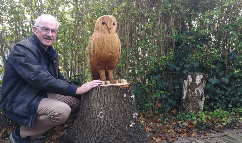 Mari van der Giessen naast een kunstwerk in zijn tuin, een uil gemaakt uit een boomstam van een boom die geen levensvatbaarheid meer had, maar op deze manier een tweede leven kreeg. Foto: Peter Spek