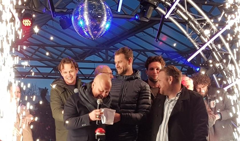 Sportwethouder Sven de Langen (midden) ontstak het vuurwerk bij de opening van Schaatsbaan Rotterdam. (Foto: Emile Hilgers)