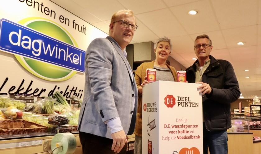 Plaatsing van de eerste DE-box in de nieuwe Dagwinkel Vreeswijk met v.l.n.r.: Edwin van Straten (lid Lions Nieuwegein), Jolanda van Loon (eigenaar Dagwinkel Vreeswijk) en Cor van Dalen (voorzitter Voedselbank Nieuwegein).