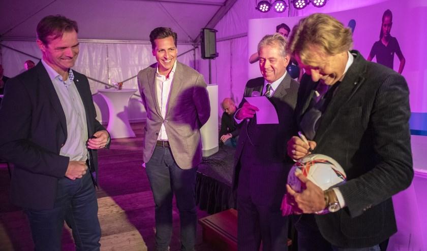 Ruud Schalkwijk, directeur Werk gemeente Rotterdam, Dennis Roomer en Will van der Zwet (beiden IW Zuid-Holland) en Hans Kraay jr tekenen de bal voor de aftrap.