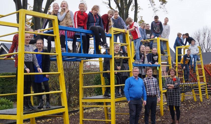 De leerlingen van groep 8 van De Wegwijzer in Nederhemert, met meester Van der Toorn, meester Kerst en juf Kooijman.