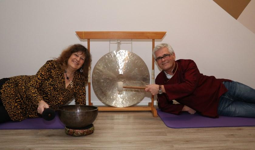 Yogadocente Gerreke van den Bosch en Klankschaaltherapeut Gerard Somer kijken uit naar het ligconcert. (Foto: Sterre Delemarre)