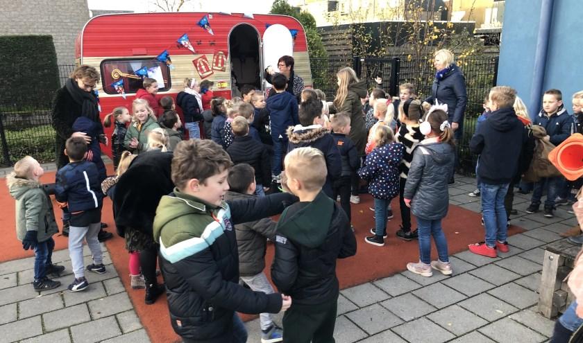 De caravan van de De Sint wordt druk bezocht door de kinderen van De Wereld op Noord. Elke dag is het weer spannend wat er in de avond en nacht is gebeurd.