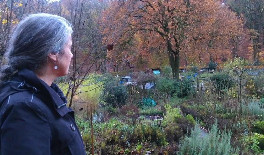 Judith Maas in haar kruidenatelier: 'Je waant je midden in de natuur.' (foto: Hilde Wijnen)