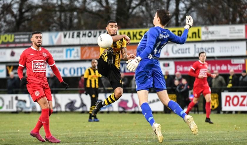 Benjamin Roemeon staat aan de basis van drie treffers in de met 5-2 gewonnen wedstrijd van DVS'33 tegen Jong Almere. (Foto: Theo Aalten)