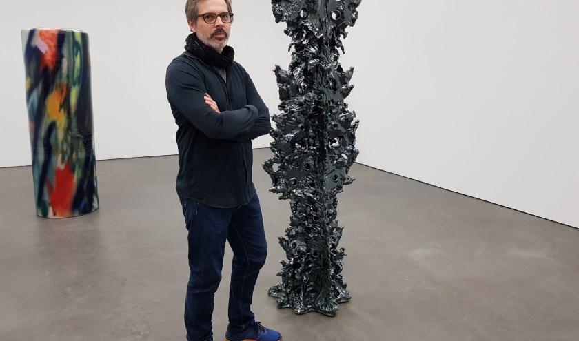 Markus Karstiess bij een van zijn beelden. Op de achtergrond is een werk van Stefanie Brehm te zien.