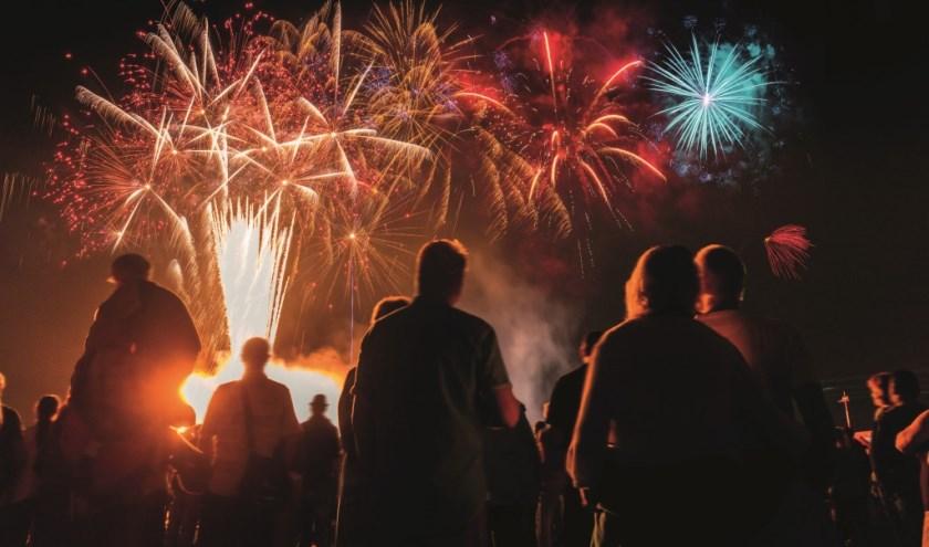 Om het tienjarig bestaan te vieren sluit de vuurwerkspecialistaf met een spetterende finale. (Foto: Nikada)