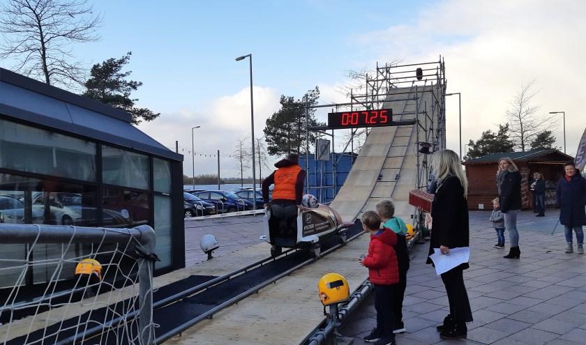 De bobsleebaan op het Maltaplein in Nesselande trekt veel bekijks en zeer enthousiaste toeschouwers Foto Annemarie van der Ploeg