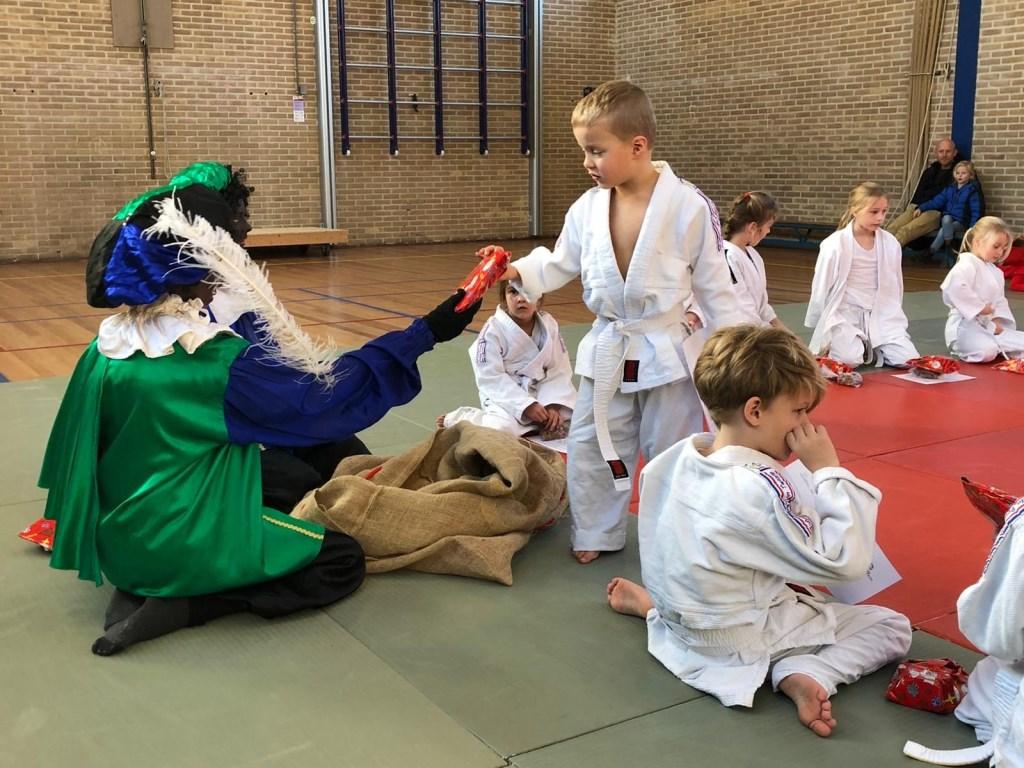 Een welverdiend cadeautje van de Judopiet. Foto: Rita Evenberg © DPG Media