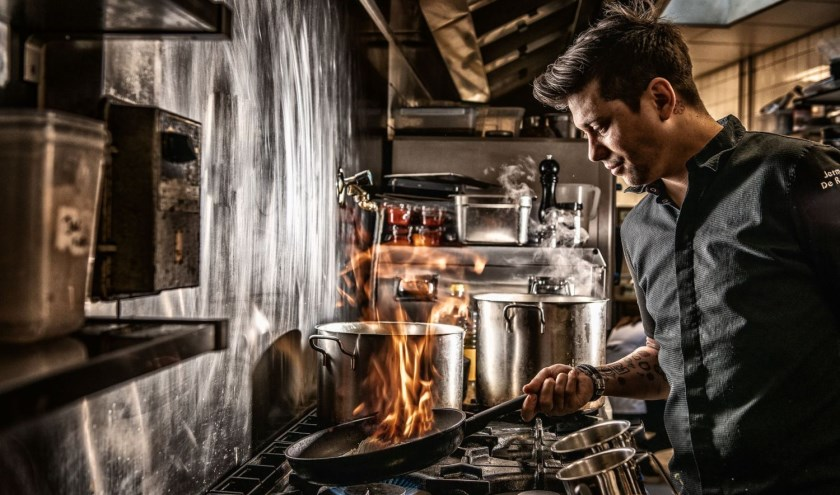 Jermain de Rozario aan het fornuis in zijn restaurant.