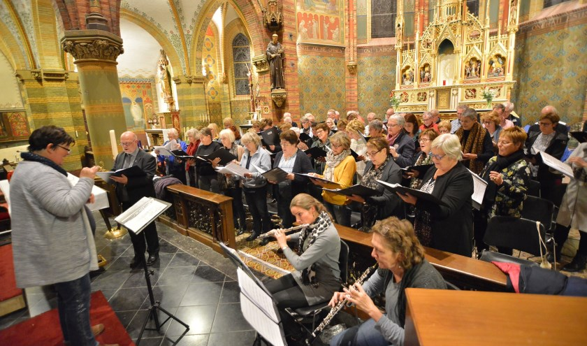 Het Middenkoor met fluit, hobo en piano repeteert in de Franciscuskerk o.l.v. Monique van den Hoogen het Klein Kerst Oratorium van Huub Oosterhuis. (Foto: Paul van den Dungen)