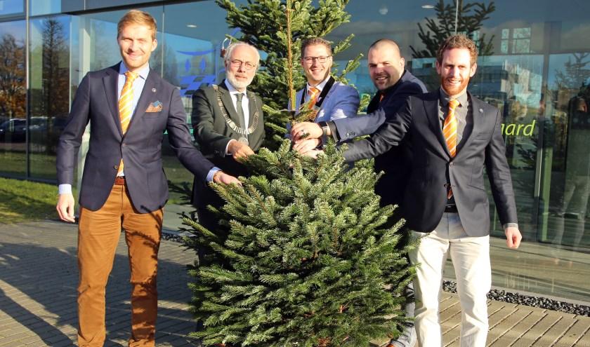 Op 2 december werd de Goededoelenboom aan de burgemeester overhandigd. Foto: Alex de Kuijper.