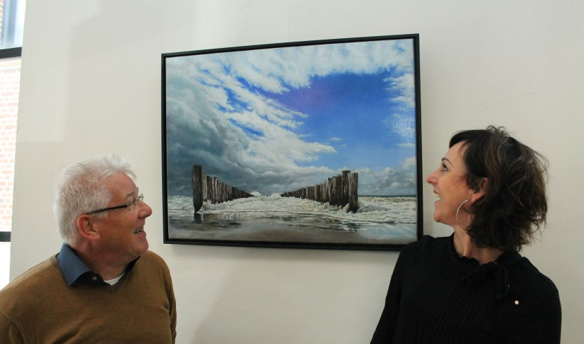jan Pieter Dees en Miranda Zomer bewonderen een van de aansprekende schilderijen die op de expositie hangen. FOTO: Leon Janssens