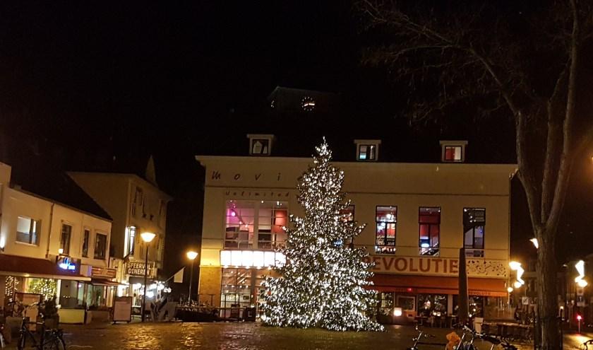 Aanstaande vrijdag wordt de kerstboom weer ontstoken op de Markt in Zevenaar. Er zijn nog veel meer activiteiten. (foto: PR)