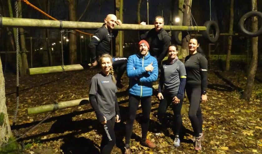 Het sportseizoen van Danny van Haaften (midden) kent geen winterstop. Vanuit de locatie Buitenplaats in de Zuidbuurt traint hij op maandagavond met leden van zijn DH Buitensport . (foto: DPG/gsv)